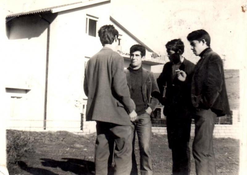 Anni '68/69 giovani di fronte alla Casa di Tziu Umberto Columbu (privata)