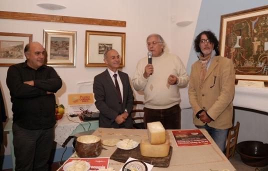 Curreli, il sindaco, Giorgio Bartolomeo e Megian ieri durante la presentazione. F. Giangavino Murgia