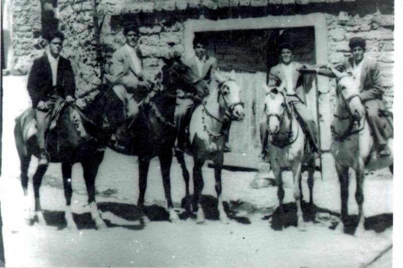 Ollolai. Anni '50 fronte casa Selenu (fianco edicola) f. B. LAdu