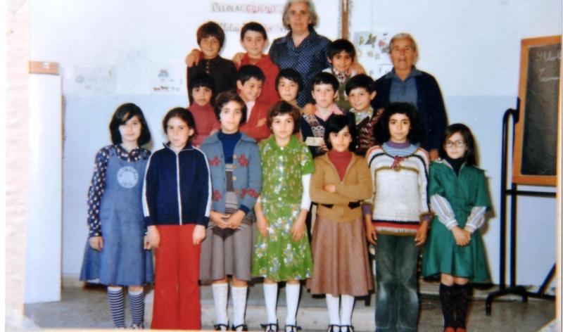 Ollolai. Mastra Soro con la sua classe - 1975 circa-