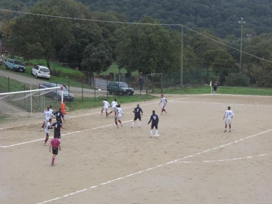 Un azione durante la partita Ovodda - Folgore Mamoiada