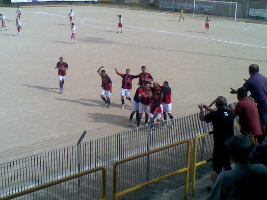 i calciatori del Taloro esultano dopo un gol