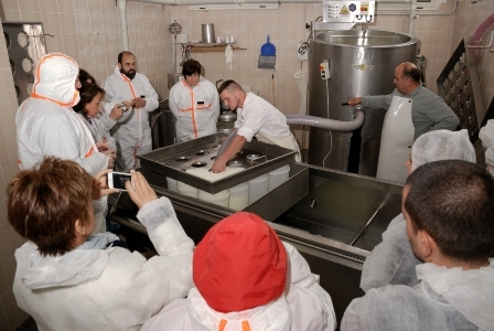 Dimostrazione lavorazione formaggi nel caseificio Erkìles ( F. G. Murgia)
