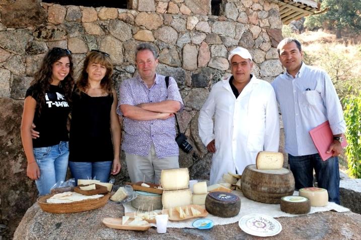 Il giornalista John Brunton (al centro) nell'azienda Erkìles di Olzai (foto G. Murgia)