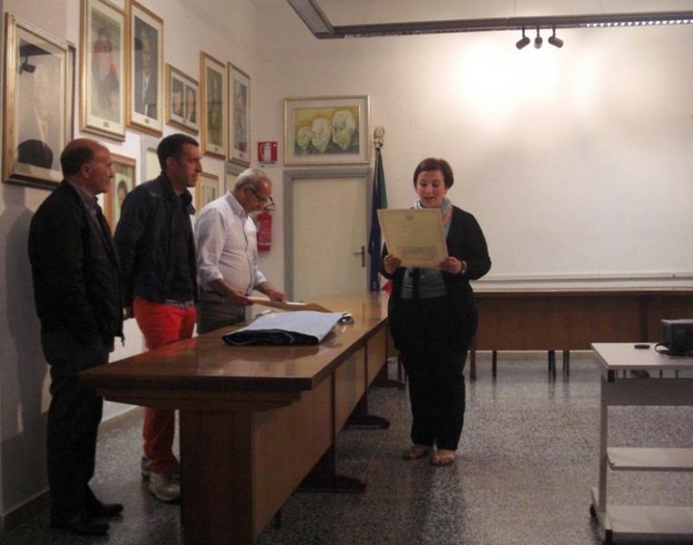 Grazia Marchi mentre consegna i diplomi