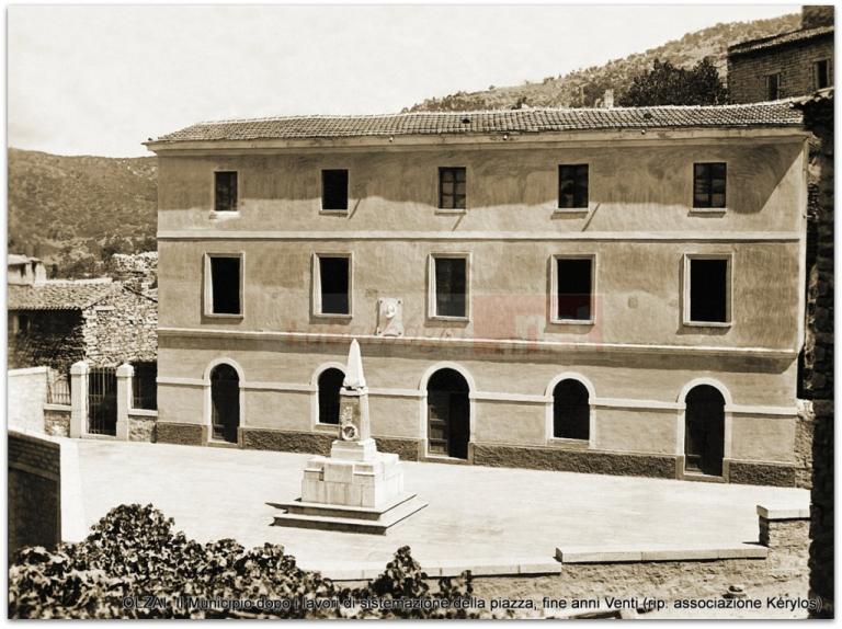 OLZAI. Il Municipio dopo i lavori di sistemazione della piazza, fine anni Venti (rip. as. Kérylos)