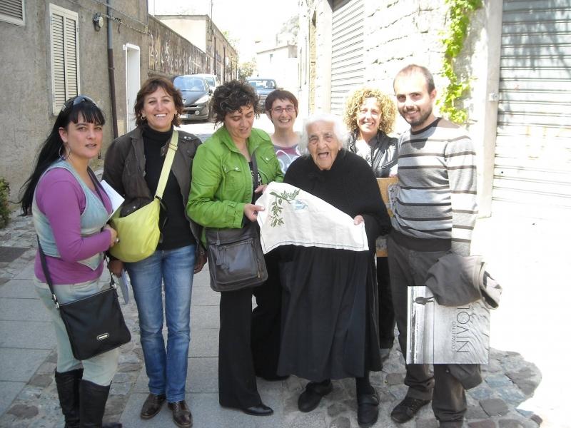 Tzia Chischedda con il gruppo Geodea Orani