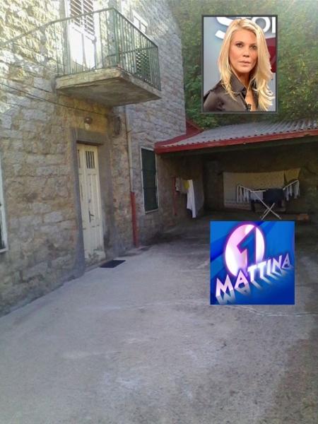 La casa di Gonario Maccioni. Nel quadrato piccolo la conduttrice Eleonora Daniele e il logo della trasmissione