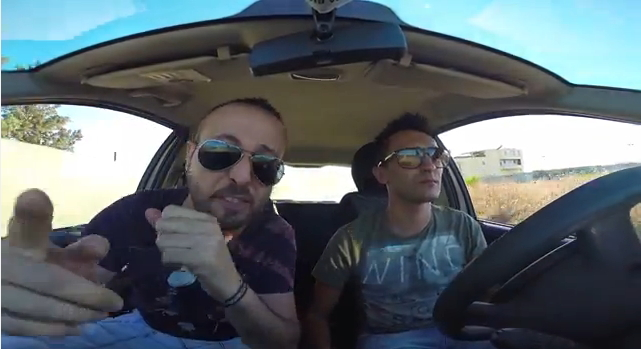"Fotogramma dal video ""Seus solu angiulettes conc'a sole"" con Fabrizio Loddo e Emanuele Pintus"