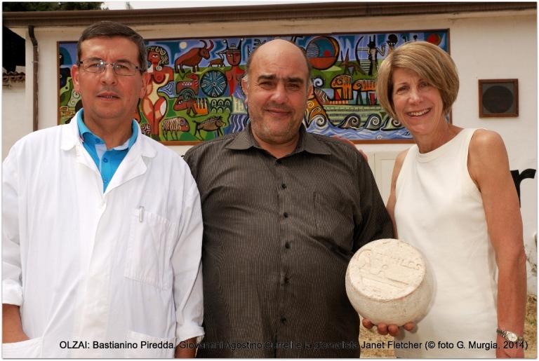 OLZAI: B. Piredda, G. A. Curreli (al centro) con la giornalista Janet Fletcher (foto G. Murgia)
