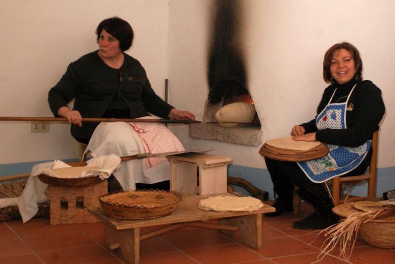 Lavorazione del pane carasau a casa Floris (foto G. Murgia, 2013)