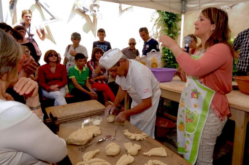La ricercatrice Manuella Sanna con il panettiere Pino Ponti (foto G. Murgia)