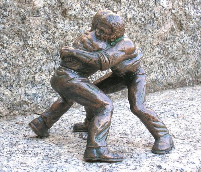 """Bronzetto realizzato dall'artista Giampiero Columbu. Con la tecnica della cera persa , rappresenta  due """"Gherradores de S'Istrumpa"""" ."""