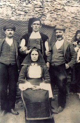 Efisio Rocca   insieme ad una famiglia di desulesi