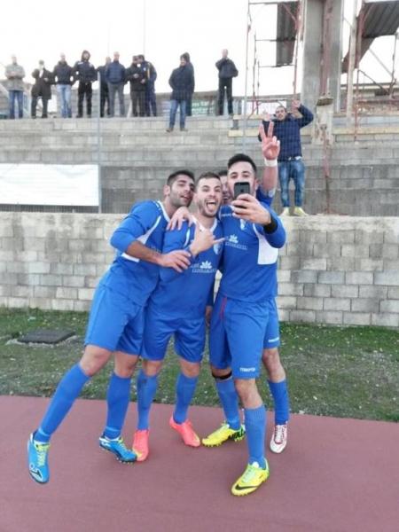 I giocatori del Fonni esultano dopo il gol con un selfie