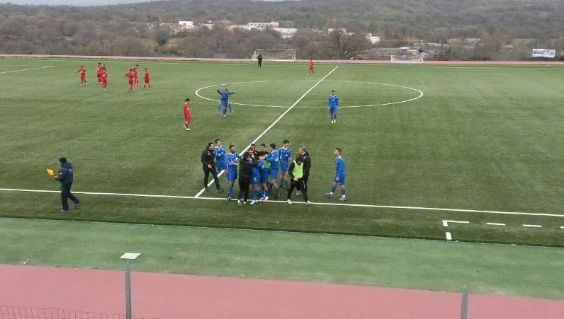 I giocatori del Fonni esultano dopo il gol di Peddoni