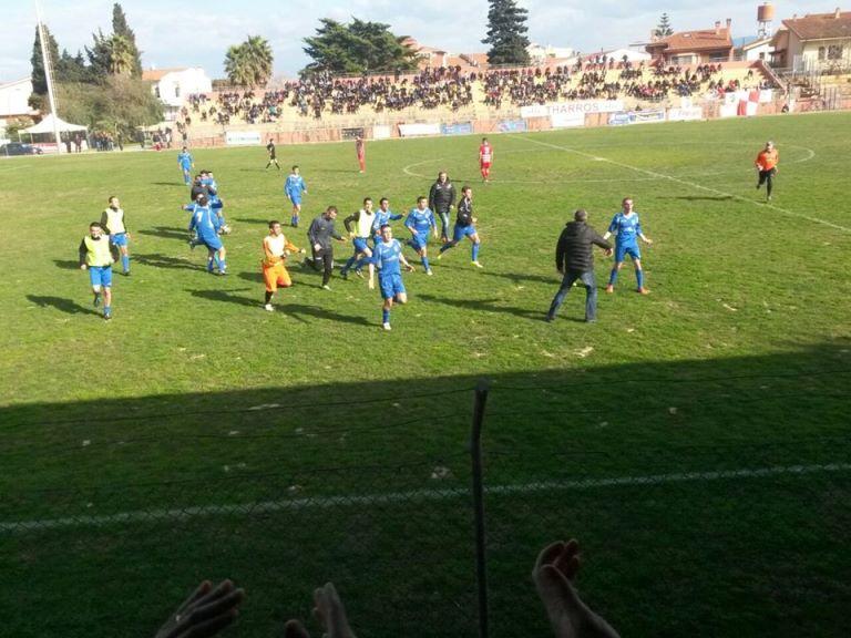 I giocatori del Fonni esultano dopo il gol di Tolu