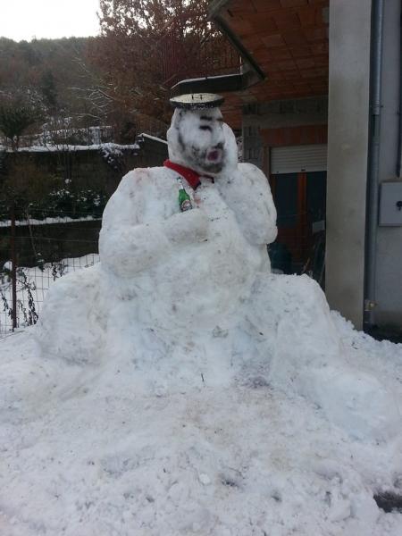 Il pupazzo di neve che canta a tenore, opera dell'artista Giampiero Columbu