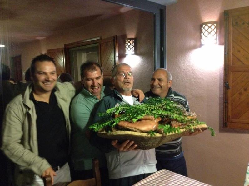 Sergio Grasso (al centro) con l'ollolaese Luigi Guiso (a sinistra)