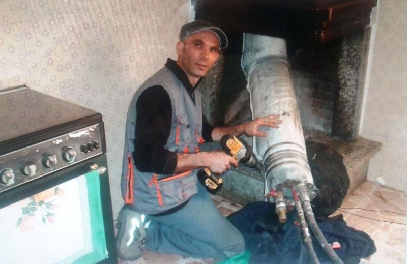Nino Meloni, tecnico fumista fonnese alle prese con il risanamento di una canna fumaria tramite guaine gonfiabili