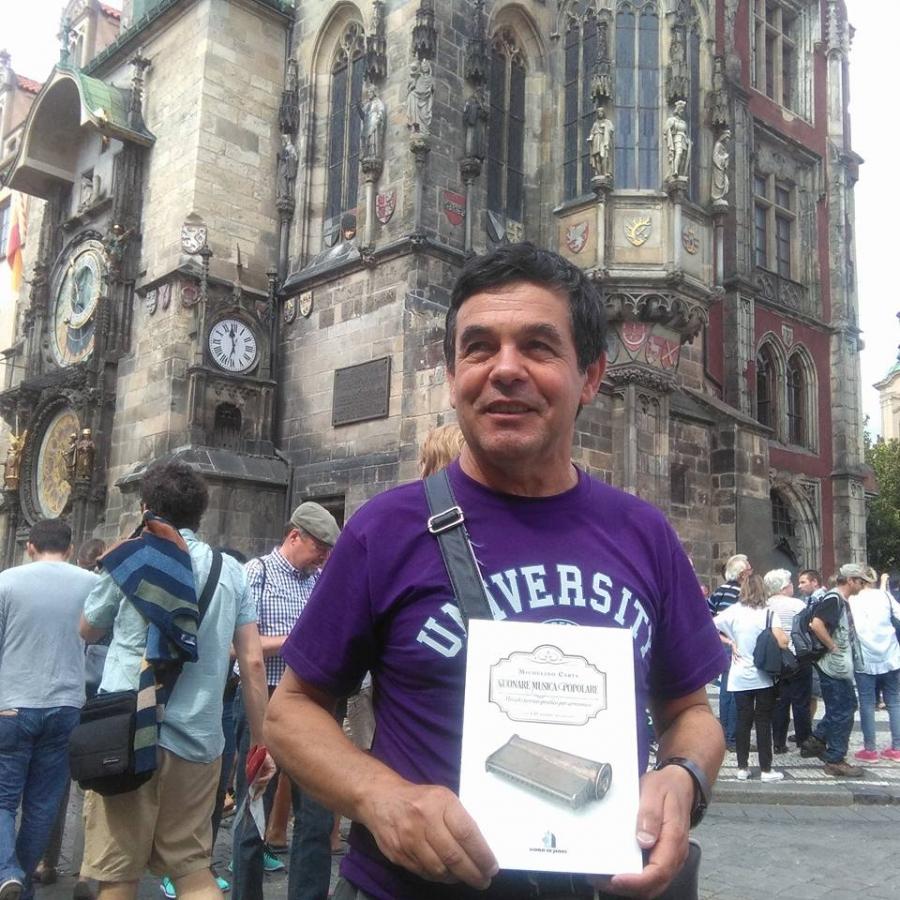 Michelino Carta con una copia del suo libro