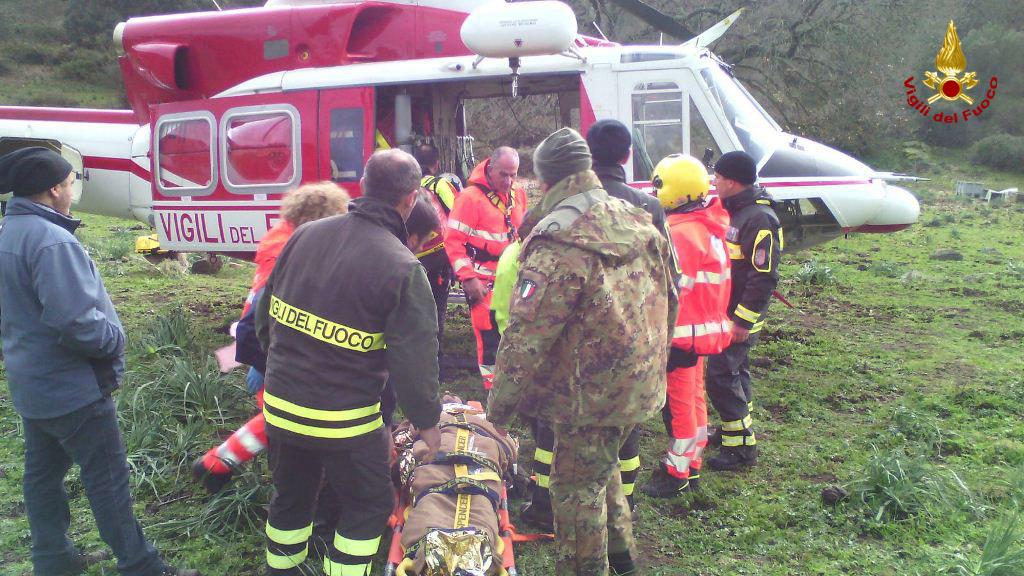 Zoroddu sulla barella mentre viene caricato in elicottero