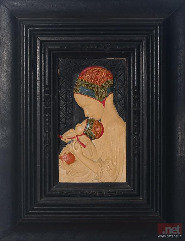 Francesco Ciusa, Mammina che lega la cuffia_1923 bassorilievo in pasta marmorizzata_©Eikon