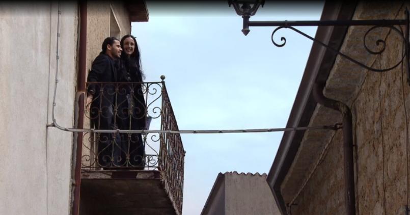 Due acquirenti di Case a un euro nel balcone della loro casa