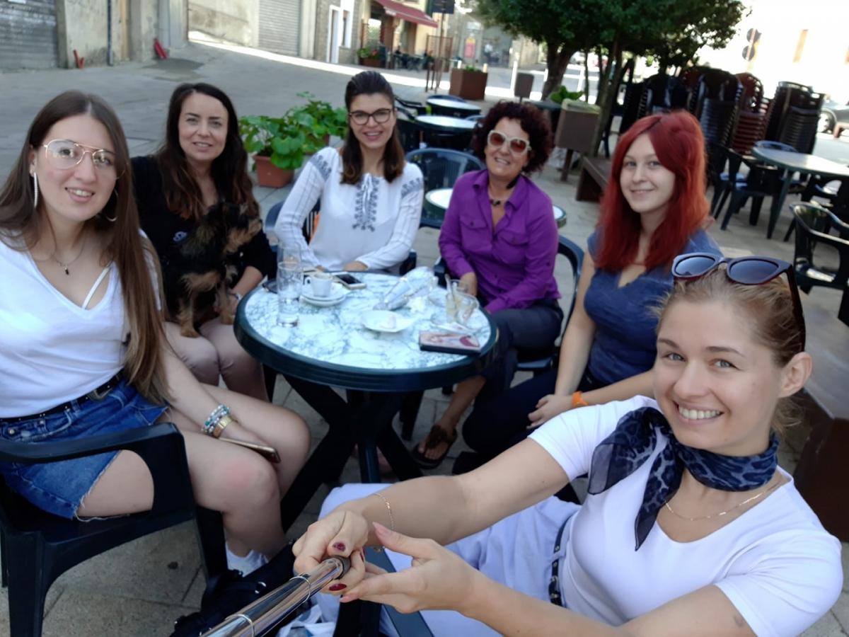 Le volontarie a Ollolai nei giorni scorsi con la responsabile del progetto Valeria Sanna