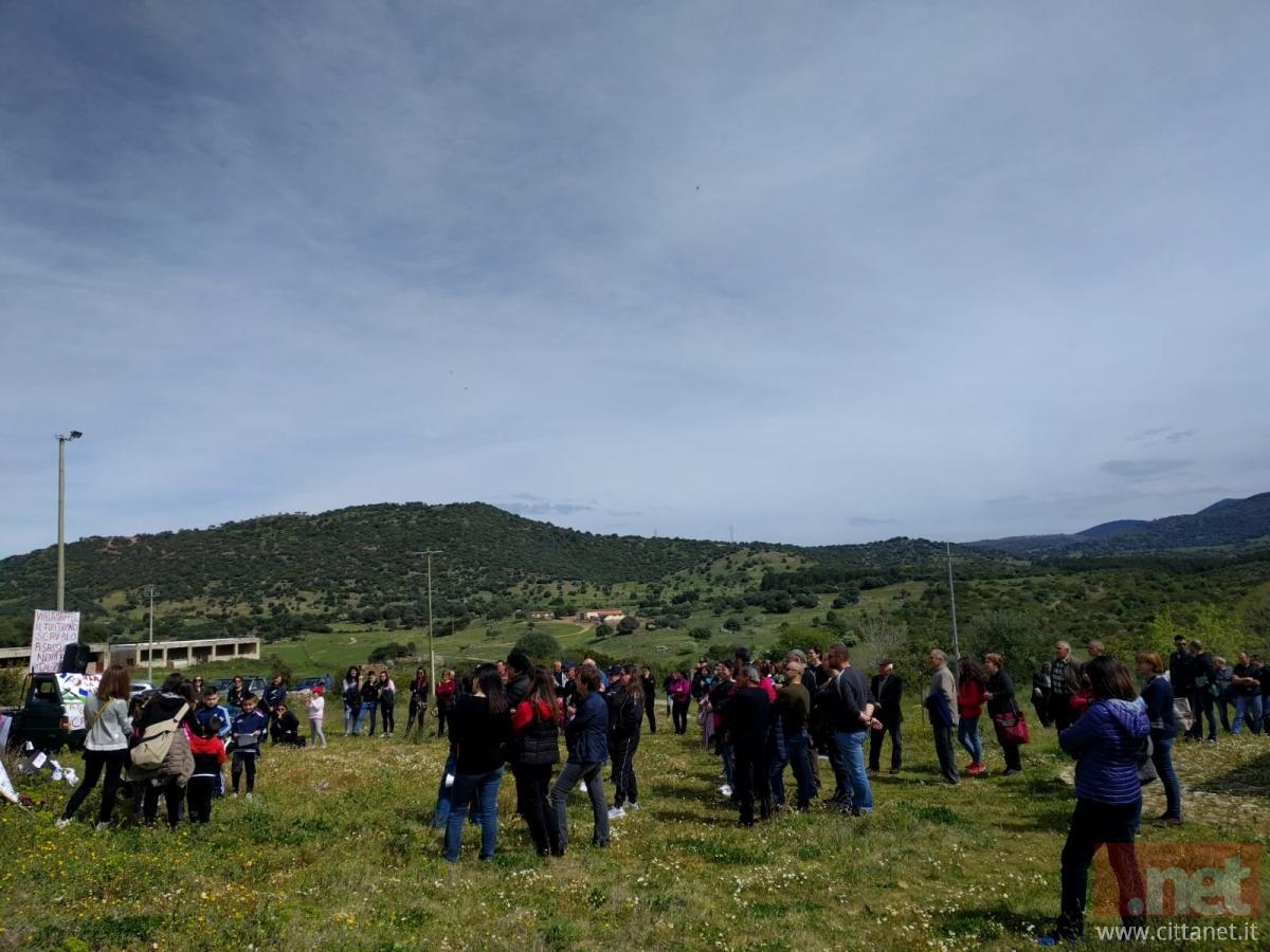 Sullo sfondo i terreni oggetto d'interesse della Maffei Sarda Silicati, ora utilizzati per allevamento ovino