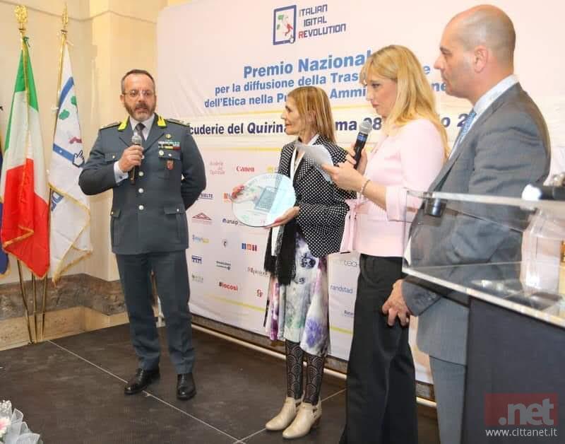La Docente Anna Ladu ritira il premio dalle mani del Generale Gaetano Scazzeri
