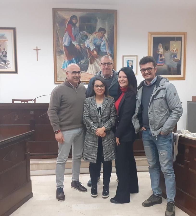L'amministrazione comunale di Oliena con Veronica Matta, dell'associazione Sa Mata, l'albero delle idee.