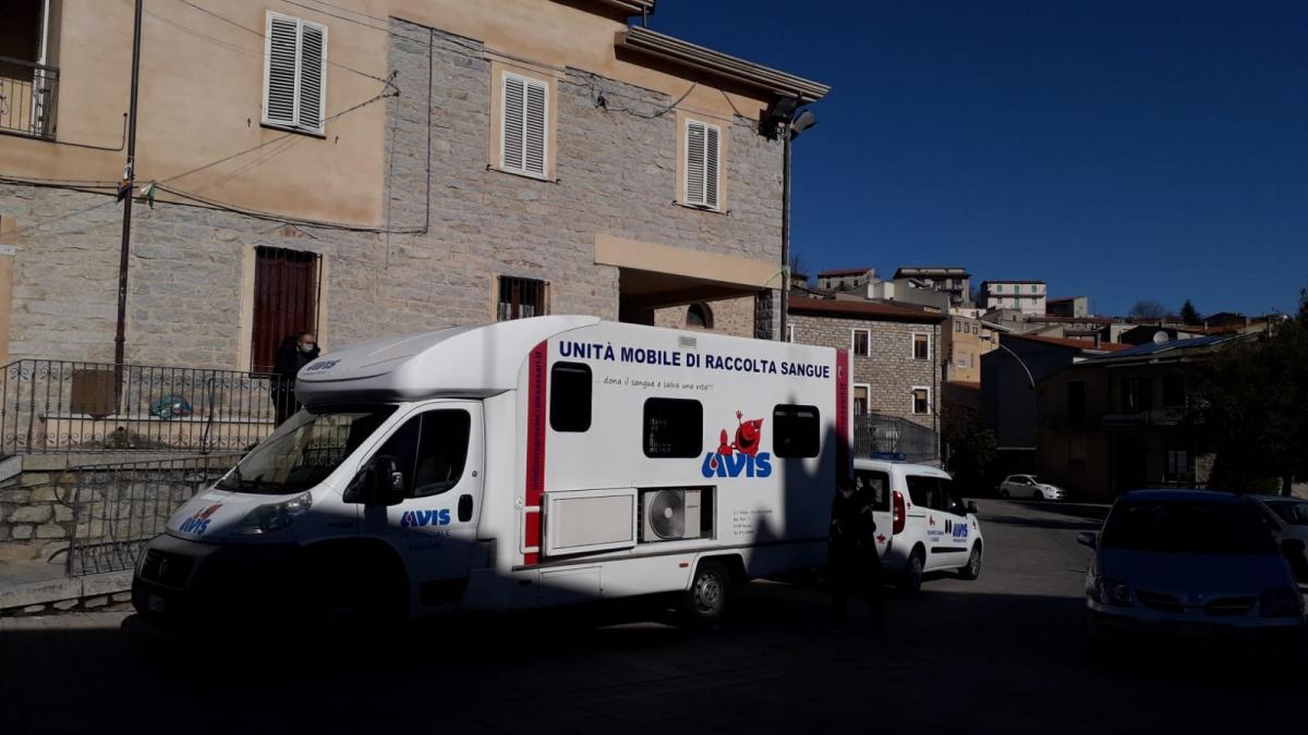 L'autoemoteca in piazza Marconi durante un appuntamento con la donazione Avis
